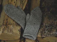 Lämmin ilo: Pikkuruiset kohokuviolapaset Knitted Mittens Pattern, Crochet Mittens, Knit Crochet, Dress Sewing Patterns, Knitting Patterns, Knitting Ideas, Yarn Projects, Handicraft, Fingerless Gloves