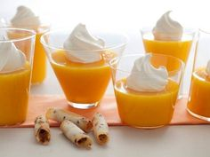 Honey Tangerine Gelatin by Chuck Hughes. Chuck Hughes' gelatin dessert, made with freshly squeezed honey tangerine and garnished with whip cream and cookies, is a refreshingly rich dessert that will delight the whole family. Low Calorie Desserts, Just Desserts, Dessert Recipes, Pudding Recipes, Wisdom Teeth Food, Light Summer Desserts, Gelatin Recipes, Peanut Butter Protein, Soft Foods
