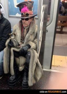 El sombrerero loco no pudo venir, pero aqui esta este senor en su representacion.
