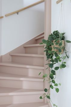 Make over: roze trap en deur in de kleur Skin Powder - Stijlinge - DIY Hallway Inspiration, Garden Inspiration, Design Inspiration, Chandelier In Living Room, Living Room Lighting, Beautiful Interiors, Beautiful Homes, Modern Bedroom, Bedroom Decor