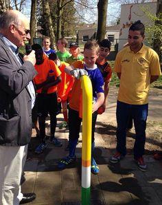 Op woensdag 15 april nemen wethouder Ron Dujardin en buurtsportwerker Belaid Nahari het watertappunt bij het Cruyff Court aan de Hobodreef in gebruik. Dit was meteen de start van het schoolvoetbaltoernooi.