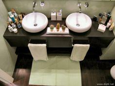 Il bagno padronale del primo piano, con i due lavabi in appoggio ed i tre cassettoni estraibili a scomparsa.