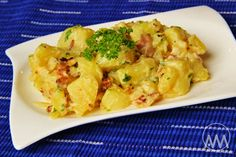Na přípravu budete potřebovat:      500g brambor   150g slaniny   1 velká cibule   cca 100ml smetany na vaření   zelená petrželka   sůl...