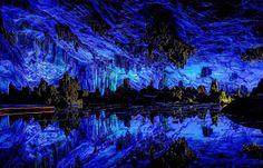 Reed Flute, China Esta cueva es una gran atracción turítica en Guilín, la región de Guanxi. Es una formación de piedra caliza donde la iluminación multicolor acentúa los contrastes. La irreal cueva…