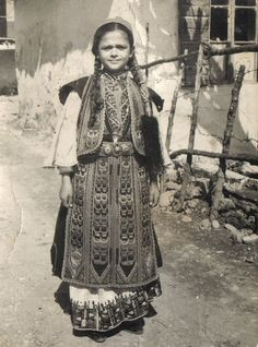 Greek Traditional Dress, Traditional Outfits, Greek Fashion, Greek Culture, Gold Embroidery, Folk Costume, Hair Jewelry, Greek Costumes, Greece