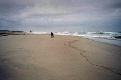 Foto analógica: Olympus AZ-1 + Superia 200 film.  Praia de Francelos - Vila N. Gaia, com comboios regionais e perto da A29 e A44. Servida pelo passadiço Espinho-Gaia. A sul, o Senhor da Pedra, em Miramar