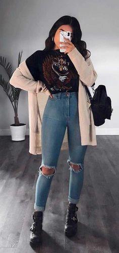 No clima do inverno: 24 looks para te inspirar - #GuitaModa. Blusa preta estampado, maxi cargian bege, calça jeans skinny, coturno preto com fivelas