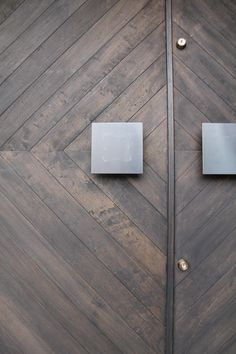 重厚感のある両開きの木製オーダー玄関ドアです。把手は黒皮鉄のオーダー品で、1からデザインしました。 Bathroom, Washroom, Full Bath, Bath, Bathrooms