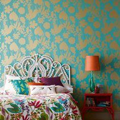 Une tête de lit en rotin et un papier peint tropical dans une chambre / wallpaper Harlequin/ bedroom