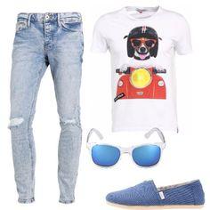 Jeans in denim blu chiaro con strappi sulle ginocchia, t-shirt classica con stampa colorata sul petto, espadrillas con suola rigida e tomaia in tessuto azzurro, occhiali da sole con montatura trasparente.
