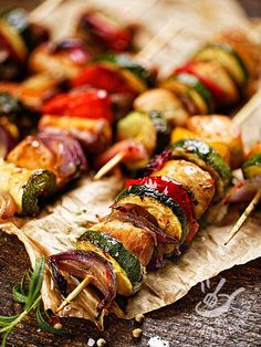 Chicken skewers and vegetables paprika Healthy Meals For Two, Good Healthy Recipes, Pollo Light, Cena Light, Raw Vegetables, Cooking For Two, Kebabs, Light Recipes, Italian Recipes