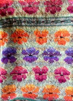 Min mor eksperimenterer. Hun vil strikke en poncho i mønster, som er åben ned foran. Det er ryggen vi ser her. Mønstret laver hun ef... Fair Isle Knitting Patterns, Knitting Charts, Knitting Designs, Knitting Stitches, Knitting Yarn, Knit Patterns, Knitting Projects, Hand Knitting, Stitch Patterns