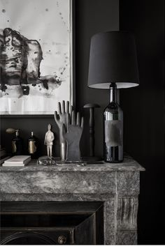 Although I love my white apartment, I can dream away by seeing this overal black apartment, beautiful captured by Romain Ricard for Elle D...