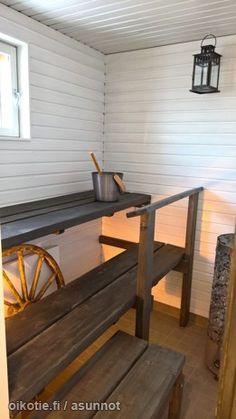 Meren läheisyydessä sijaitseva juuri saneerattu koti kaipaa uutta omistajaa! Asunnossa saneerattu pinnat, keittiö, kylpyhuone sekä sauna. Isolla lasitetulla parvekkeella voit nauttia auringon läm