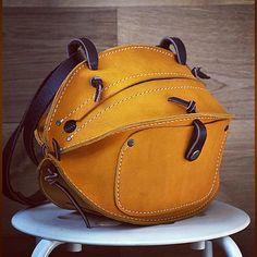 «Апельсинка Два внешних кармана. Имеется внутренний кармашек. Можно носить и с короткой ручкой, и с длинным ремнем. Размеры: длинна - 29 см, диаметр - 19…»