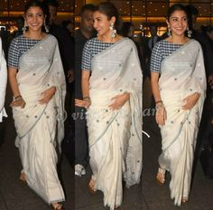 For the promotions of Sui Dhaaga, Anushka Sharma wore white handloom cotton saree paired with blue and white checkered blouse. She complemented her look with a pair of white sandals, silver jewelry and a sleek ponytail! White Saree Blouse, Cotton Saree Blouse Designs, Grey Saree, White Blouse Designs, Blue Saree, Dress Designs, Anushka Sharma Saree, Rekha Saree, Aishwarya Rai
