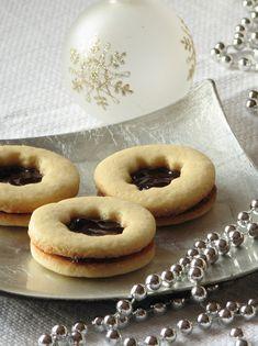 caiet cu retete: Fursecuri cu bulina rosie Doughnut, Food And Drink, Cookies, Sweet, Desserts, Recipes, Knits, Passion, Crack Crackers