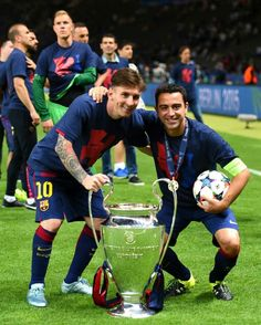 Lionel Messi Photos Lionel Messi and Xavi Hernandez of Barcelona celebrate with the trophy after the UEFA Champions League Final between Juventus and FC Barcelona at Olympiastadion on June 2015 in Berlin, Germany. Juventus v FC Barcelona UEFA Cha Uefa Champions League, Barcelona Champions League, Barcelona Team, Barcelona Futbol Club, Barcelona Training, Xavi Hernandez, Cristiano Ronaldo Real Madrid, Cr7 Junior, Barcelona Spain