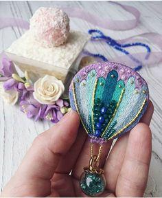 Автор @solo.nitju   〰〰〰〰〰〰〰〰〰〰〰〰〰〰 По всем вопросам обращайтесь к авторам изделий!!!  #ручнаяработа #брошьизбисера #брошьручнойработы #вышивкабисером #мастер #бисер #handmade_prostor #handmadejewelry #brooch #beads #crystal #embroidery #swarovskicrystals #swarovski #купитьброшь #украшенияручнойработы #handmade #handemroidery #брошь #кольеручнойработы #кольеизбисера #браслеты #браслетручнойработы #сутажныеукрашения #сутаж #шибори #полимернаяглина #украшенияизполимернойглины
