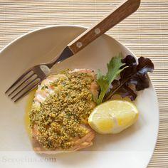 Hacer salmón al horno es facilísimo. Es un pescado tan jugoso que no se seca aunque fallen algo los cálculos de tiempo. Además, esta costra lo protege.