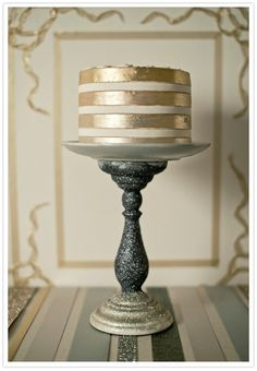 Gold is all the rage in weddings right now and I can't get enough. Loving this gold layered wedding cake.