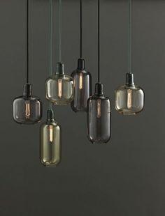 De Deense designer Simon Legald heeft deze Amp-serie voor Normann Copenhagen ontworpen. De lamp kenmerkt zich door de hoogwaardige kwaliteit van het glas en het marmer die het geheel zowel kwetsbaar en tegelijkertijd robuust eruit ziet.