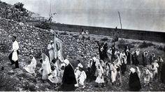 Ceremoni fetare krishtere në Mirditë, vite 1930. Christian ceremony in the Mirdita area, Albania, 1930s. Cérémonie religieuse catholique en pays mirdite, Albanie, années 30