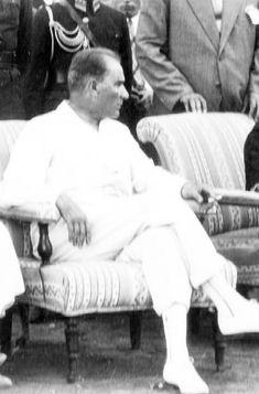 """1923: """"Yüzyıllardır düşmanlarımız biz Türklere karşı kin duyguları besliyorlar""""   Ankara'ya gönderdiğimiz özel muhabirimiz Josef Hans Lazar'ın (die Presse) röportajı.   Atatürk ile röportaj. Çağdaş Türkiye'nin kurucusu Mustafa Kemal Paşa, Türkiye Cumhuriyeti'nin kuruluşu ve o dönemde zor olan Avrupa ilişkileri üzerine.   23 Eylül 1923. Yeni Türkiye'nin kurucusunu görmek pek de kolay değil, onunla konuşmak daha da zor."""