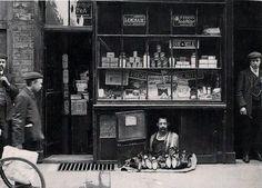 London's smallest shop: A shoe salesman with a 1.2 square meter shoe store. 1900.