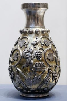 Vase sassanide en argent illustrant les vendanges. L'art sassanide regroupe la production artistique qui a lieu en Perse durant la dynastie éponyme, c'est-à-dire entre le iiie et le viie siècle de l'ère chrétienne. Elle se distingue par une production artistique très développée, permise par la richesse de l'empire sassanide et sa position entre l'Empire romain à l'ouest et la Chine à l'est, au carrefour des échanges matériels et culturels entre de nombreuses civilisations.