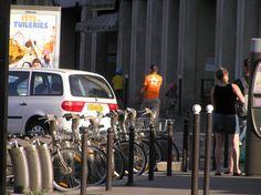 les+moyens+de+transport+:+J'aime+cette+photo+prise+à+la+volée+en+partant+au+Paris+Carnet,+de+passants+divers+pourtant+sans+grâce+particulière+(au+contraire+de+la+jeune+fille+aux+vélos+qui+précédait).+Je+n'ai+trouvé+le+titre,+le+point+de+sens,+qu'après.+Manque+le+bus.  [mercredi+5+août+2009,+Porte+de+Clichy,+temps+(enfin)+chaud,+fin+d'après-midi]+|+gilda_f