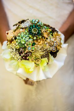 gorgeous #brooch #wedding #bouquet - LOVE the colors