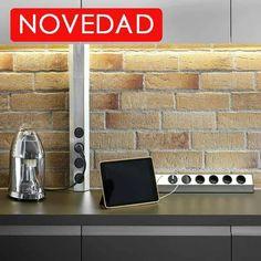 Energy Box Doble Versión es ideal para montaje en pared o en esquinas de 90º y una solución eficiente para una conexión de corriente de fácil acceso en la cocina. Cuenta con 4 enchufes. Fabricada en acero inoxidable ofrece un diseño atemporal por lo que resulta adecuada para cocinas, despachos y mesas estudio. Medidas 457-585 mm http://www.pccocinas.com/tienda/accesorios-de-cocinas/enchufes-de-cocina/enchufes-energy-box-doble-il-006-detalle.html