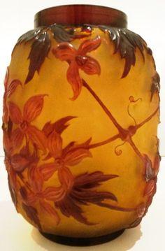 Emile GALLE n'a jamais utilisé de pâte de verre. Industriel, maître verrier, ébénisteet céramiste, il est né à Nancy le 4 mai1846 et est lefils unique de Charles Gallé(1818-1902)…