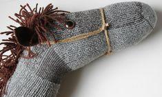 Egy régi zokniból és egy botból könnyedén barkácsolhatsz vesszőparipát, ami akár karácsonyi ajándékként is megállja a helyét.