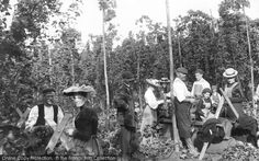 The family that picks hops together, stays together! Hoppicking in Goudhurst in Goudhurst, Hop Pickers 1904 Kent United Kingdom, Nostalgic Images, British Summer, English Country Gardens, Kingdom Of Great Britain, Holiday Resort, Hand Coloring, Vintage Photography, Vintage Images