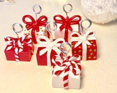 Marque place cadeaux de Noël en fimo, table de Noël, décoration de Noël Christmas Holidays, Christmas Decorations, Xmas, Christmas Ornaments, Holiday Decor, Fimo Clay, Ceramic Clay, Deco Table Noel, Note Holders