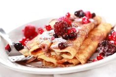Crepes filled with chocolate and fruits Famous French Food, Chefs, Fruit Crepes, Fruit Pancakes, Crepes Rellenos, Swedish Cuisine, Breakfast Recipes, Dessert Recipes, Pancake Recipes