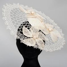 Wired vintage cream hand crocheted fascinator with sinamay flower detail and comb base. Perfect Ladies hat and fascinator racewear fashion statement