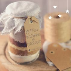 Idea regalo: muffin in barattolo Christmas Is Coming, Christmas Presents, Christmas Time, Xmas, Christmas Decorations, Christmas Ideas, Merry Christmas, Jar Gifts, Food Gifts