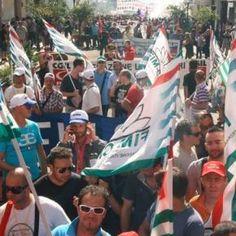 Un corteo in marcia per lo sciopero della scuola