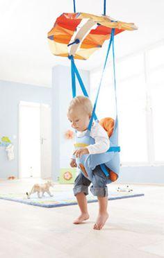 Precioso columpio para bebé de Haba. Con asiento extra suave con el que los niños pueden balancearse seguros - varios cinturones los sujetan por detrás y por delante. El tejido a modo de red en la espalda y zona de asiento garantiza la circulación del aire.