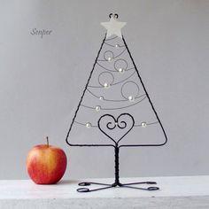 Padá+hvězda,+přej+si+přání+:)+Drátovaný+vánoční+stromeček+z+černého+žíhaného+drátu+dozdobenýskleněnýmikorálky+vperleťové+barvě+(+perličky+).+Špička+stromku+je+ozdobenádřevěnou+hvězdičkou.+Rozměry+:+výška+cca+28+cm,+v+nejširším+místě+má+stromeček+cca+16+cm.+Original+Senper+-------------------------------------------------------------------------...