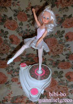 A bailarina bibi-bo com o uniforme oficial da bailarina. Биби-Бо балерина са званичним униформама балерина. バレリーナの公式均一でビビボーバレリーナ。 راقصة الباليه بيبي بو مع الزي الرسمي للراقصة باليه.