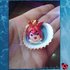 Malgalad ✨Luce dorata. Sirena dell'ispirazione e delle idee, delle imprese creative e qualsiasi attività dove è in gioco la creatività. 🐠🐬 #polymerclay #fimo #mermaid #handmade #sirena #conchiglia #shell #mermaidinashell #necklace