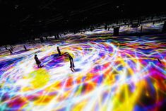 Japanese art collective TeamLab presents DMM.Planets, an art exhibition with large scale installations on a square meters exhibition space in Tokyo. Interactive Installation, Installation Art, Art Installations, Koi Fish Designs, Large Scale Art, Modeling Techniques, Colossal Art, Exhibition Space, Japanese Art