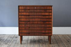 Classic midcentury chest of drawers in teak, with characterful lipped handles. Measurements: W: 77cm // D: 40cm // H: 90.5cm...