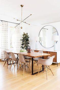 Realza la luminosidad de cualquier espacio con este espectacular espejo con borde de goma negra. Perfecto para cualquier estancia, ya sea para darle un toque increíble a un salón o para hacer visualmente más grande la entrada de casa.