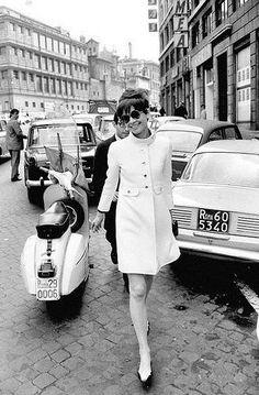 Comprehensive and up-to-date news on the one and only Audrey Hepburn! Companion page to the Fabulous Audrey Hepburn. Audrey Hepburn Outfit, Audrey Hepburn Mode, Audrey Hepburn Photos, Katharine Hepburn, Audrey Hepburn Fashion, Audrey Hepburn Givenchy, Vintage Beauty, Vintage Fashion, 1960s Fashion