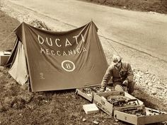 Back in the days. Ducati Meccanica - old school pit stop. Great document of time Motorcycle Camping, Camping Gear, Vintage Bikes, Vintage Motorcycles, Ducati Motorcycles, Cars And Motorcycles, Porsche 356 Convertible, Moto Scrambler, New Ducati